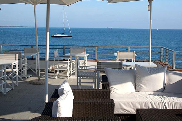 Matrimonio Riva Al Mare Toscana : Lounge bar ristorante solarium lettini ombrelloni
